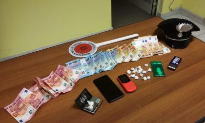 Nascondeva la cocaina nelle mattonelle del soffitto: arrestato