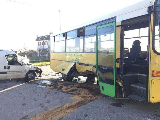 Furgone si schianta contro uno scuolabus in via Brignano FOTO
