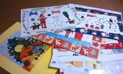 I bimbi creano le tovagliette di Natale per i nonni della casa di riposo di Brignano