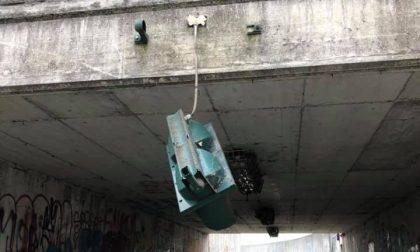 Vandali nel sottopassaggio: distrutto specchio, semaforo e cartelli