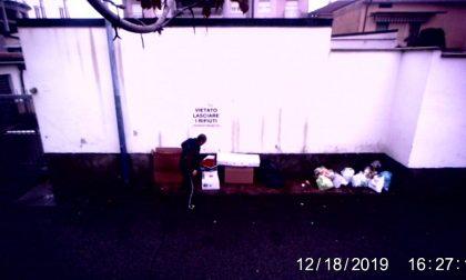 Pizzicati dalle telecamere mentre abbandonano i rifiuti