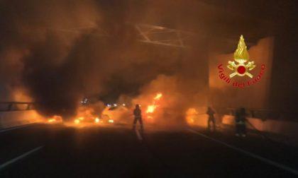 Muro di fuoco in autostrada per assaltare il portavalori VIDEO