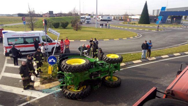 Ragazza incastrata in un trattore ribaltato