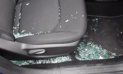 Sfonda il vetro e ruba la borsa in auto: a bordo c'erano due bambine