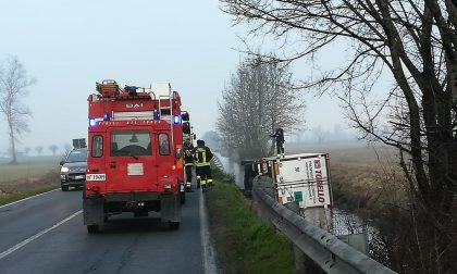 Camion ribaltato nella roggia sulla Sp 90, soccorso un 51enne FOTO