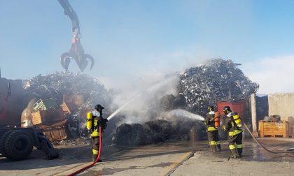 Incendio a Castel Rozzone, in fiamme una discarica di ferro e acciaio FOTO