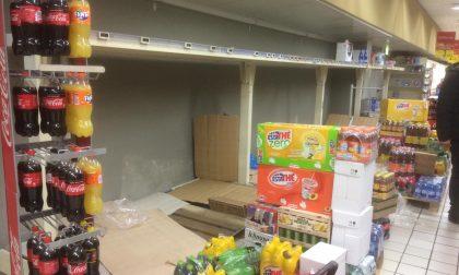 Coronavirus, starnutisce al supermercato poi scappa con la spesa