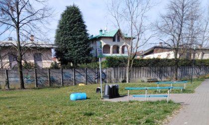 Vandali al parco di via Colleoni, ancora danni e sporcizia FOTO