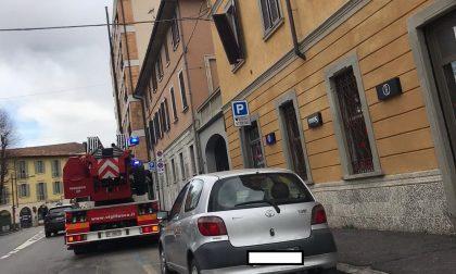 Allerta vento forte, pompieri in azione in via Cavour