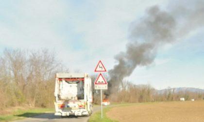 Auto in fiamme tra Treviglio e Pontirolo FOTO