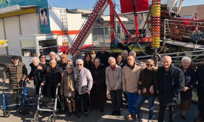 """Giostre e ruota panoramica i """"nonni"""" di Anni Sereni si divertono al Luna Park"""
