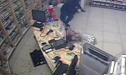 Dopo i colpi nella Bassa rapinatore armato e mascherato assalta la farmacia di Città Alta