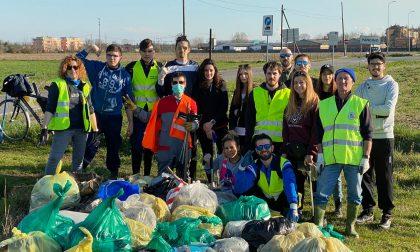 Volontari in azione a Pandino: raccolti i rifiuti abbandonati