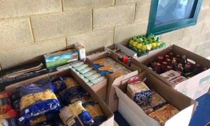 I commercianti regalano al paese derrate alimentari