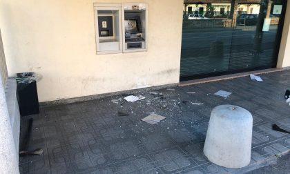 Assaltano il bancomat con un'ascia e fuggono FOTO