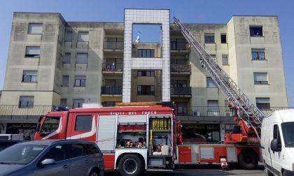 Incendio in appartamento, intervengono i vigili del fuoco FOTO