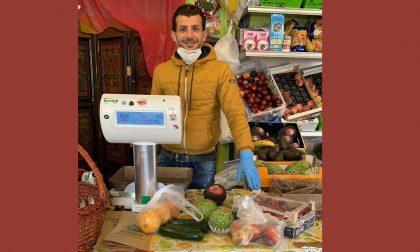 Fruttivendolo egiziano dona 40 borse di frutta e verdura per chi non ce la fa