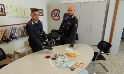 Spacciatore minaccia gli agenti con un coltello, arrestato