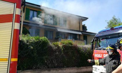 Fiamme e fumo dalle cantine, Vigili del fuoco in azione FOTO