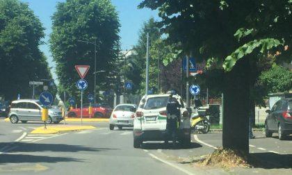 Cade dallo scooter in viale Piave, ferito il postino