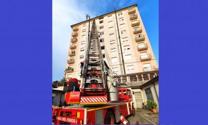 """Incendio al quinto piano del """"grattacielo"""" di Romano"""
