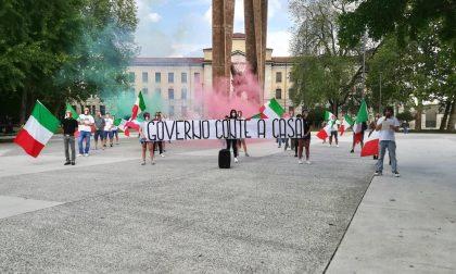 Mascherine Tricolori sesto sabato in piazza per protestare