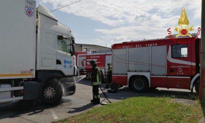 Camion rischia di prendere fuoco sulla ex SS11