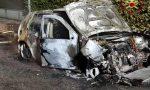 Auto in fiamme dopo l'incidente, ma il conducente torna a casa da solo FOTO