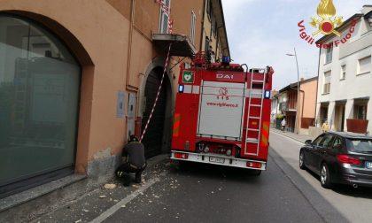 Camion urta un balcone, arrivano i Vigili del fuoco FOTO