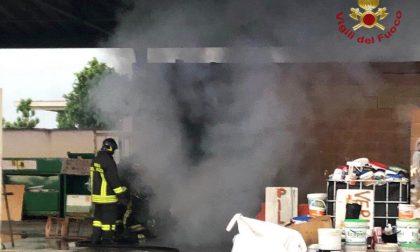 Va a fuoco l'ufficio dell'ecostazione di Romano FOTO
