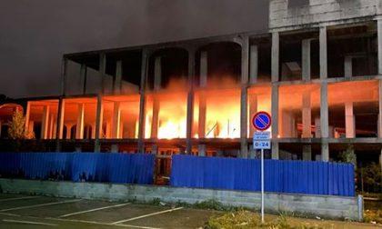 Incendio devasta il cantiere di una palazzina in costruzione  FOTO VIDEO