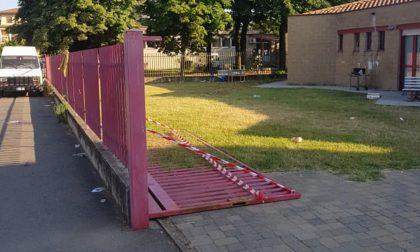 Cancello delle case comunali cade addosso a un bimbo, due anni prima era già capitato alla sorellina