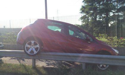 Incidente a Treviglio, l'auto vola sulla ciclabile