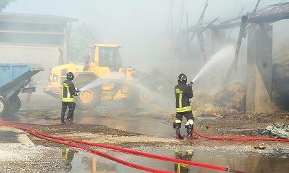 Devastante incendio in cascina, fienile distrutto dalle fiamme VIDEO FOTO