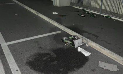 Bagordi sulla strada Bassa e per terra restano vetri e sporcizia FOTO
