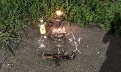 """L'inquietante giallo delle """"messe nere"""" a Mozzo, tra disegni di teschi, falci e candele"""