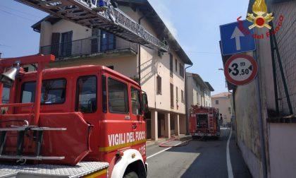 Fiamme dalla cucina, l'incendio devasta l'appartamento VIDEO FOTO
