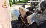 Auto a Gpl  prende fuoco dopo l'incidente pompieri al lavoro FOTO