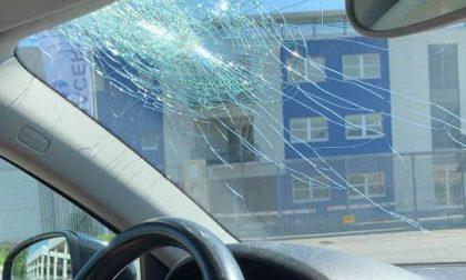 Sasso dal cavalcavia contro un'auto: tragedia sfiorata a Nembro