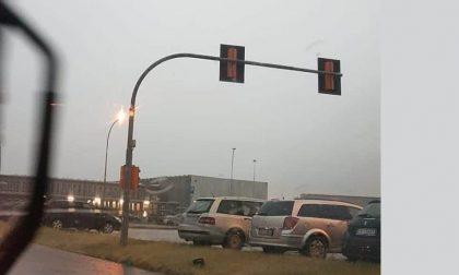 Temporale, il vento infuria e il semaforo della Same...