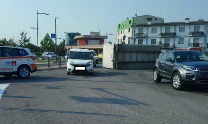 Tir perde il carico sulla rotonda, traffico a rilento sull'ex Statale 11 FOTO