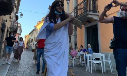 Si traveste da Gesù Cristo e sfila con la croce per festeggiare i 33 anni FOTO
