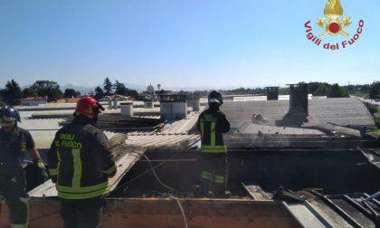 S'incendia tetto di un capannone, vigili del fuoco in azione FOTO
