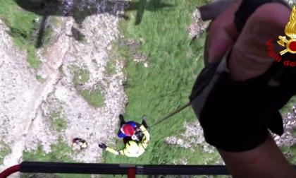 Escursionisti in difficoltà, salvi grazie allo spettacolare recupero dei Vigili del fuoco VIDEO