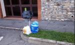 Getta i rifiuti nei cestini per strada, le telecamere lo riprendono