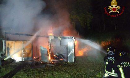 Incendio nella notte, a fuoco un fienile FOTO