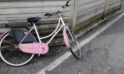 Le rubano la bici mentre è dal parrucchiere, ma la Locale prende il ladro