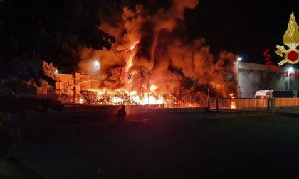 """Tremendo incendio devasta un'azienda, densa colonna di fumo: """"Chiudete le finestre"""" VIDEO FOTO"""