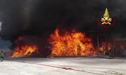 Azienda tessile in fiamme, Vigili del fuoco in azione a Leffe VIDEO FOTO