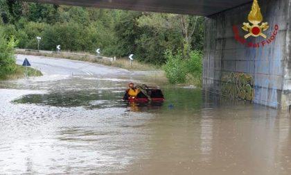 Maltempo due auto bloccate in un sottopasso allagato FOTO